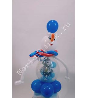 Снеговик из воздушных шаров с мягкой игрушкой