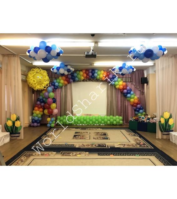 Украшение детского сада на выпускной воздушными шарами (радуга, травка, солнышко, облачка)